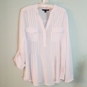 Woman's long sleeved shirt with roll up sleeves